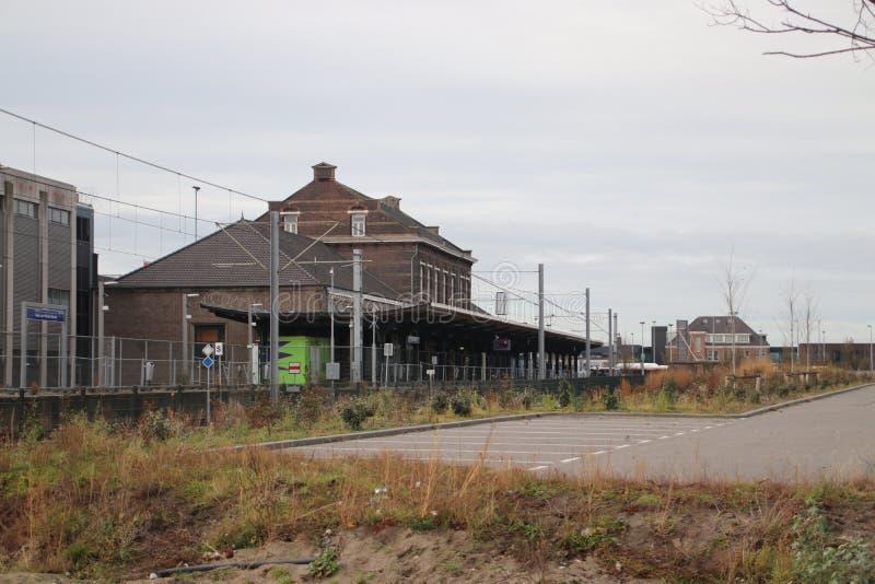 Verlaten station voor verbouwing aan metropost maar vertraagd in de haven van Hoek-bestelwagen Holland stock fotografie