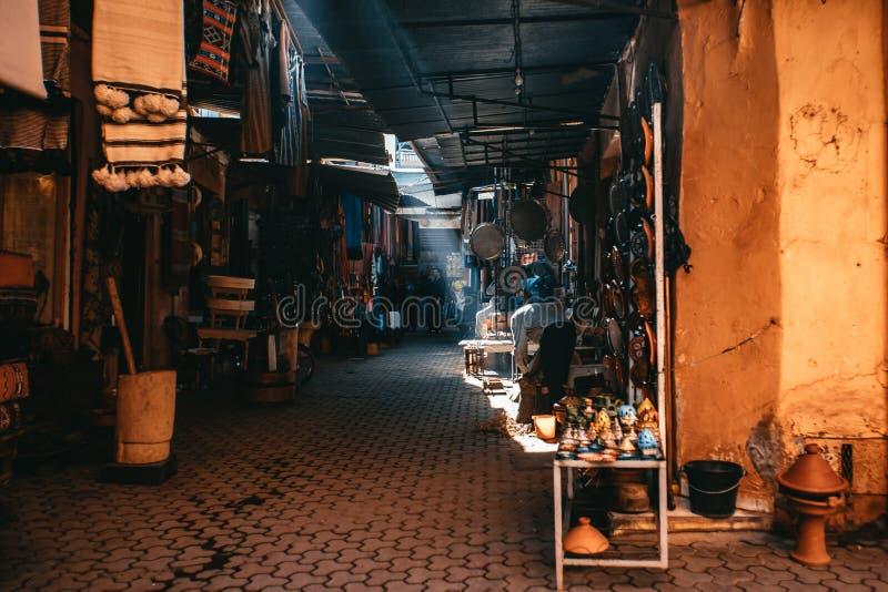 Verlaten straat in de Medina-Markt in Marrakech stock afbeelding