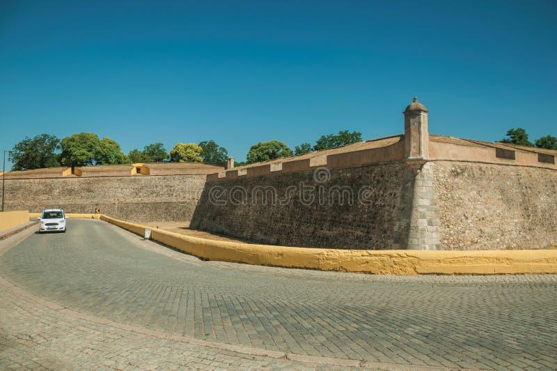 Verlaten straat met auto naast de hoek van de stadsmuur royalty-vrije stock foto