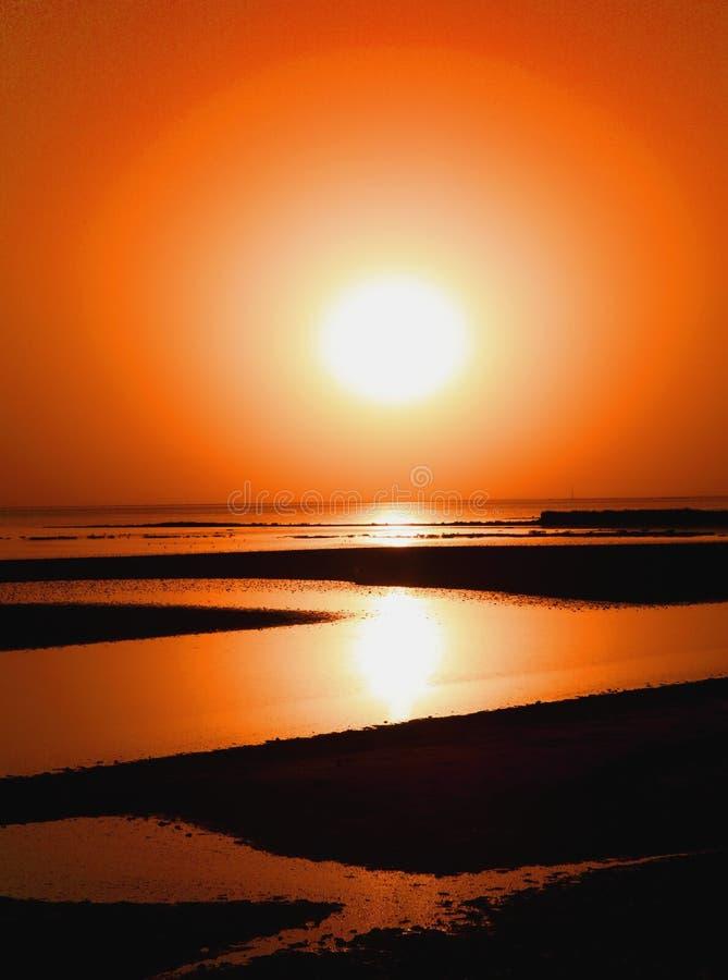 Verlaten strand bij zonsondergang royalty-vrije stock afbeeldingen