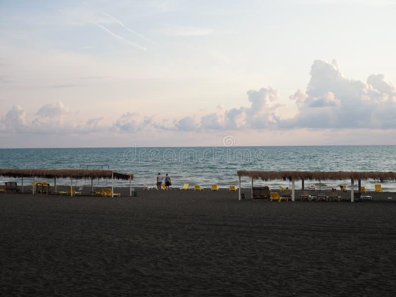 Verlaten strand in Georgië met zwart zand Sancties tegen Rusland Afwezigheid van toeristen in het midden van het seizoen Georgi?, royalty-vrije stock fotografie