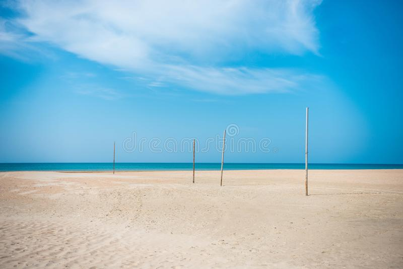 Verlaten strand met overzeese meningen stock fotografie