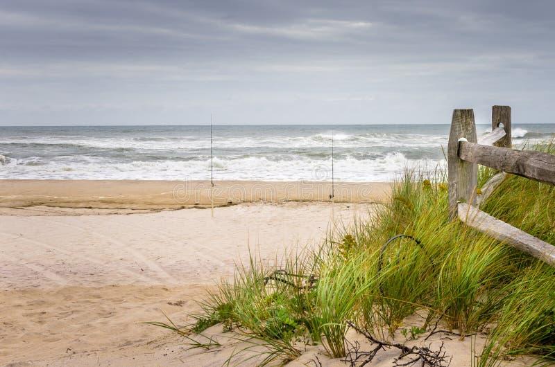 Verlaten Strand op Bewolkt Autumn Day stock foto
