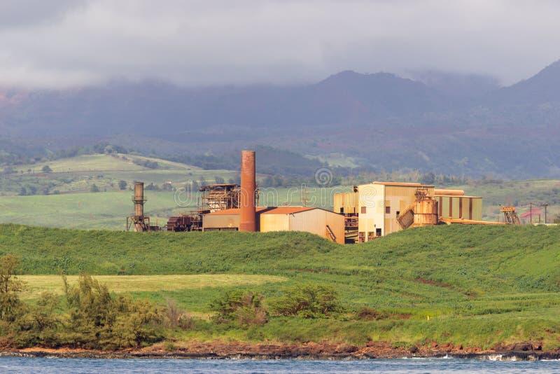 Verlaten suikermolen op kust van Kauai royalty-vrije stock foto's