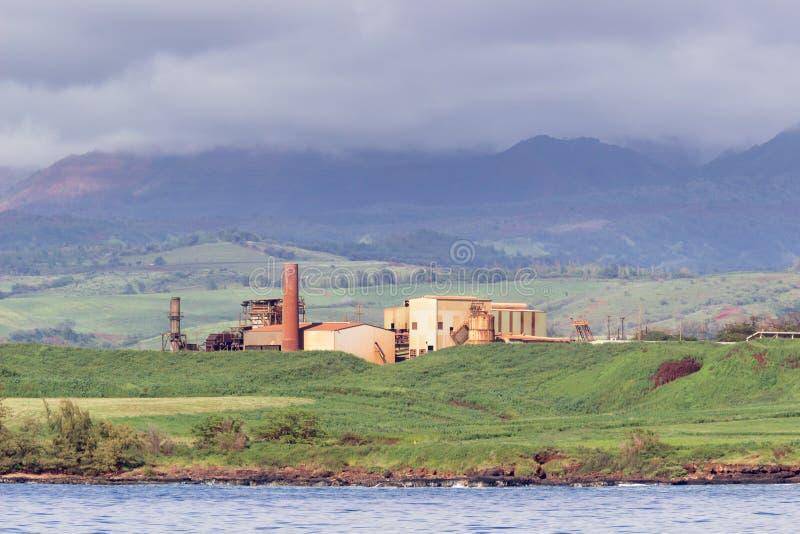 Verlaten suikermolen op kust van Kauai stock fotografie