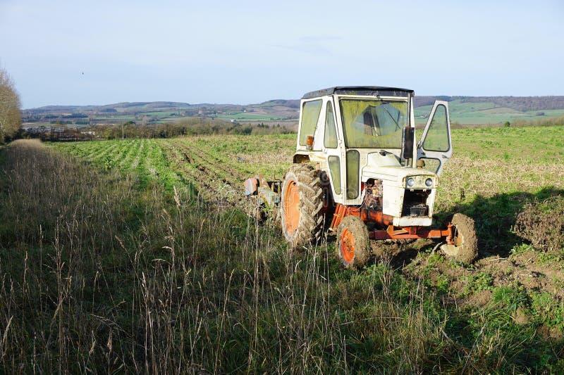 Verlaten Tractor op Gebied stock fotografie