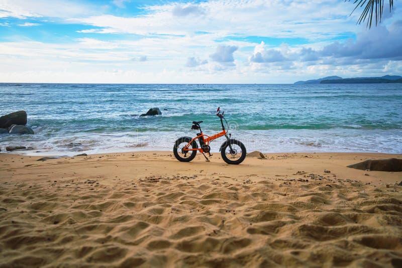Verlaten tropisch strand en een elektrische fiets Thailand, Phuket royalty-vrije stock afbeelding