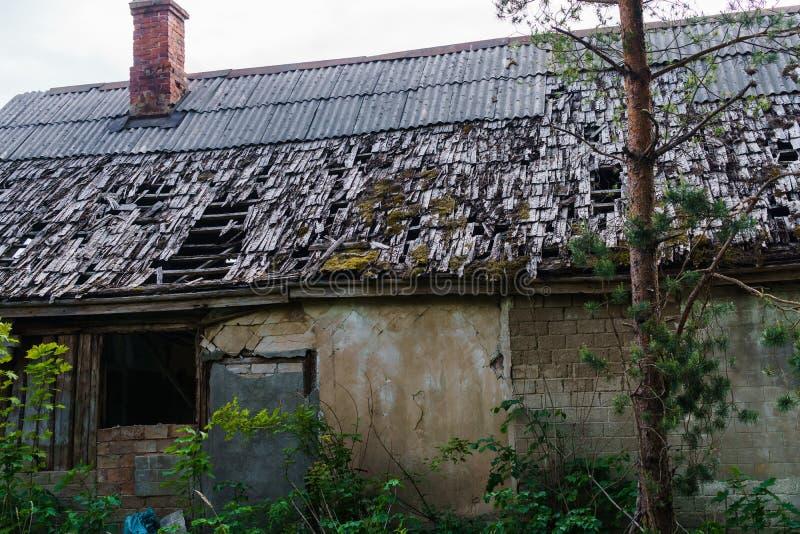 Verlaten, uiteenvallenhuis in het platteland Gaten in het dak en de muren royalty-vrije stock afbeelding