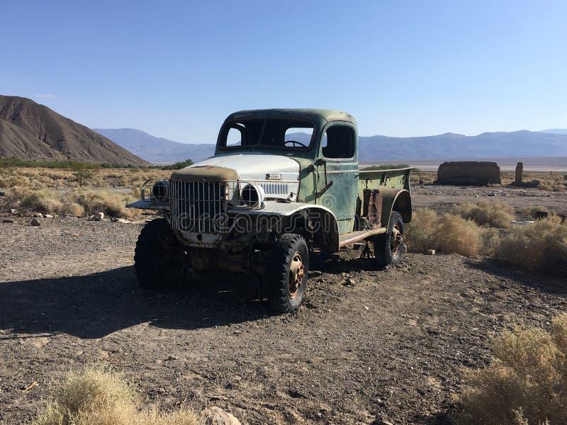 Verlaten uitstekende roestige vrachtwagen in Amerikaanse Mojave-woestijn californië royalty-vrije stock fotografie