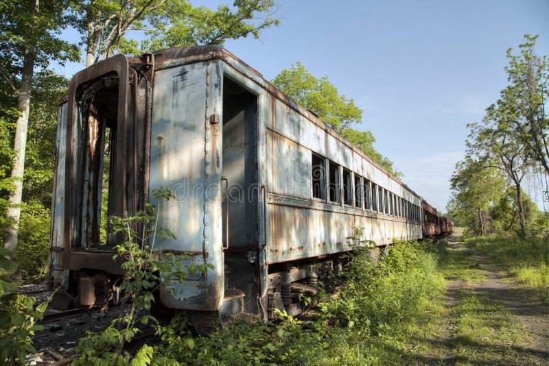 Verlaten uitstekende treinauto stock afbeeldingen