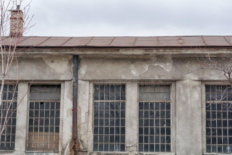 Verlaten venster oude vuile fabriek stock afbeeldingen
