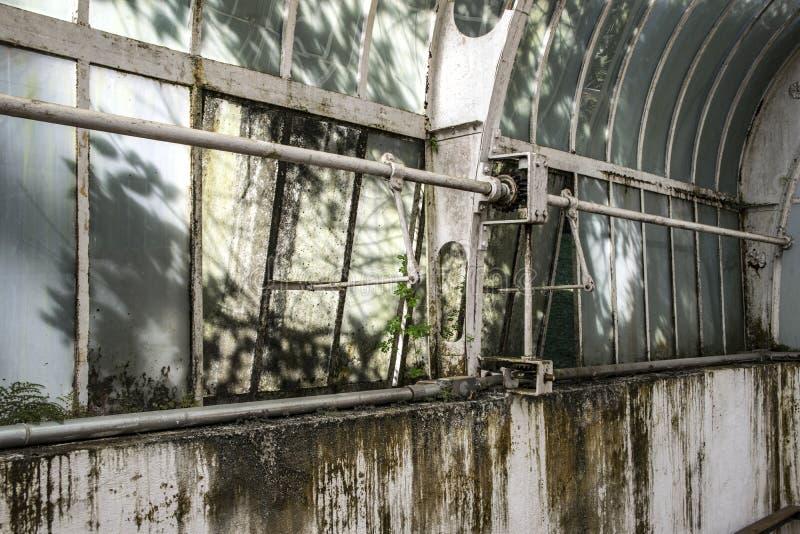 Verlaten verhaalhuis binnen mening, ruïnes van industriële fabriek stock fotografie