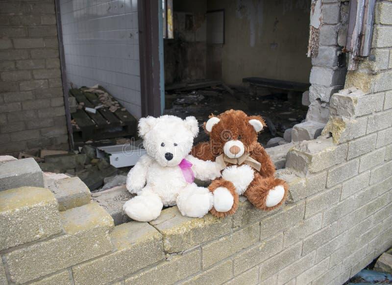 Verlaten Verlaten de Bouwmuur van Teddy Bears Sitting On Smashed royalty-vrije stock fotografie
