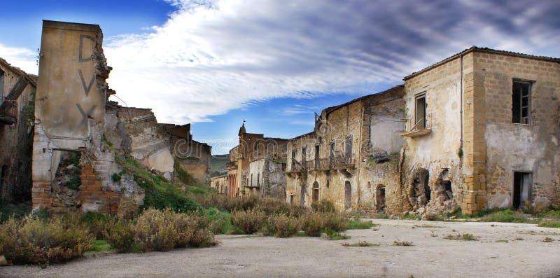 Verlaten vernietigde stad stock afbeeldingen