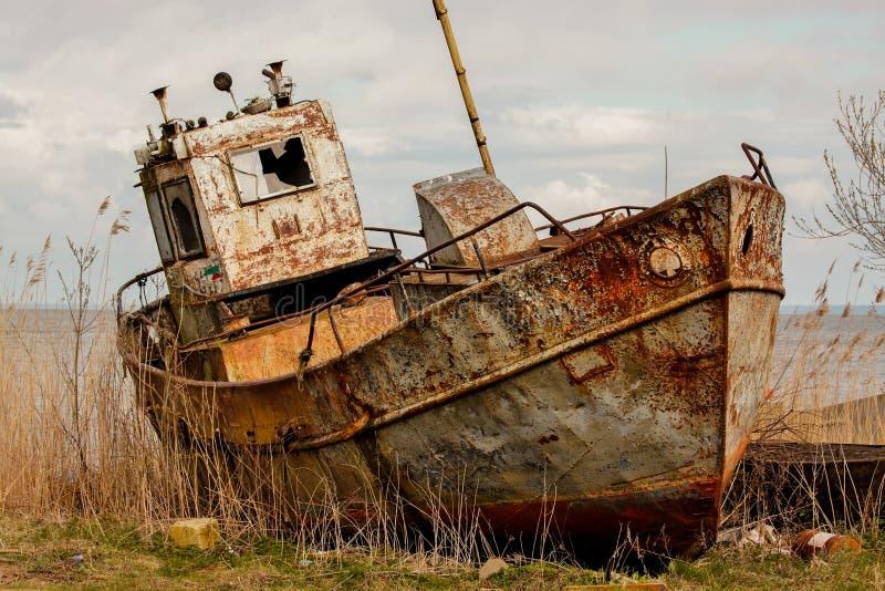Verlaten vissersboot stock afbeeldingen