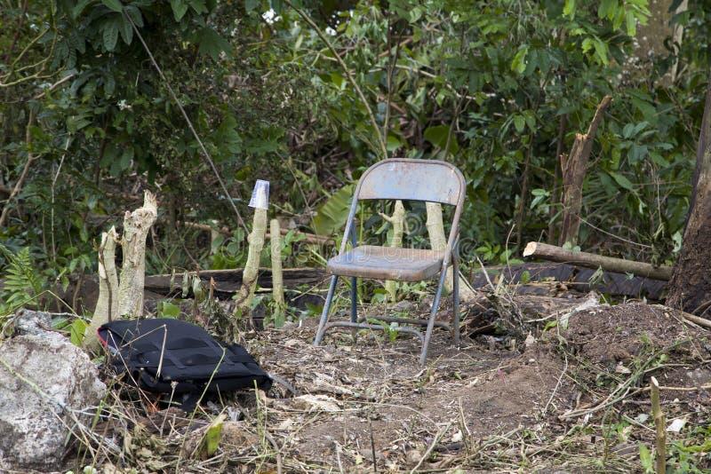 Verlaten vlek op bebost die gebied dat waarschijnlijk door iemand dakloos in Bayamon Puerto Rico wordt gebruikt royalty-vrije stock foto