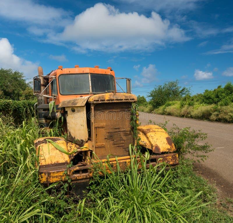 Verlaten vrachtwagen door oude suikermolen in Koloa Kauai stock afbeelding