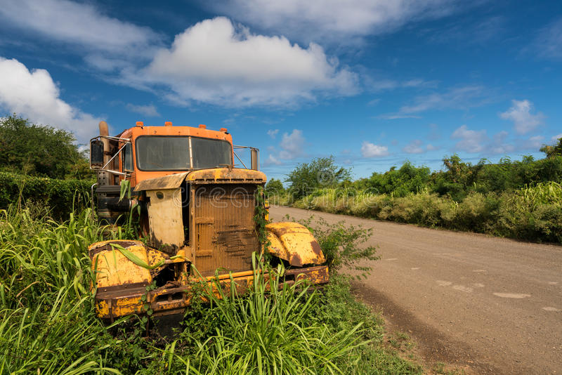 Verlaten vrachtwagen door oude suikermolen in Koloa Kauai stock foto's