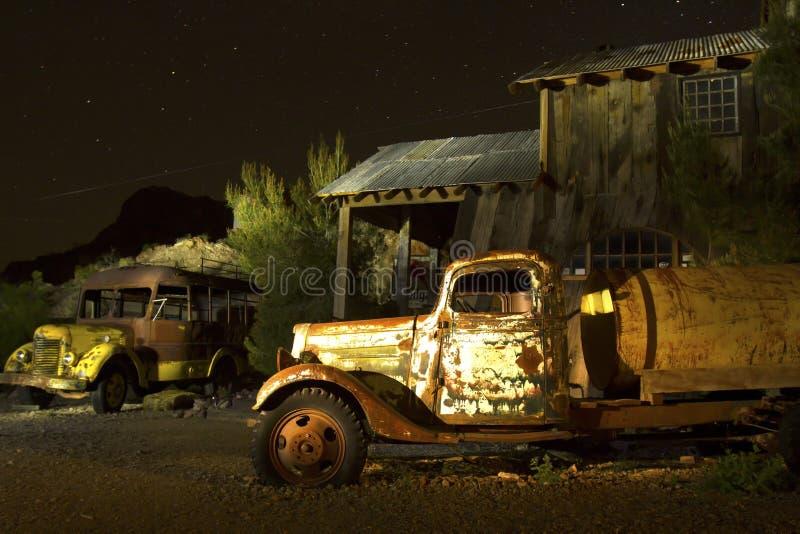 Verlaten Vrachtwagen en Schoolbus in Spookstad royalty-vrije stock foto