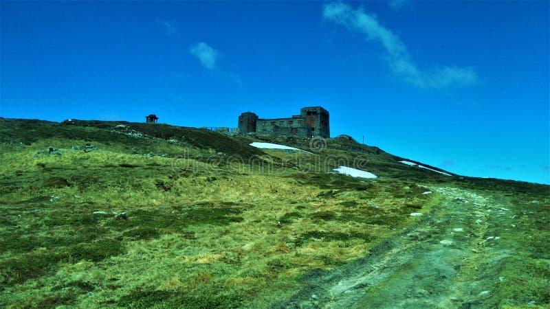 Verlaten waarnemingscentrum in de bergen royalty-vrije stock foto