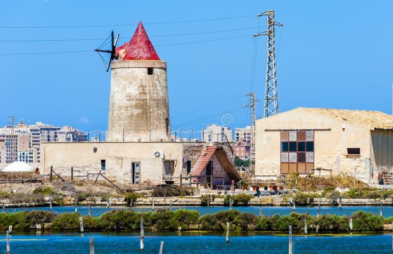 Verlaten windmolen in een installatie voor de productie van overzees zout royalty-vrije stock afbeelding
