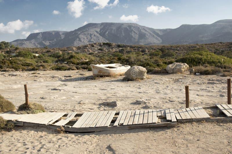 Verlaten witte boot dichtbij Elafonisi-strand stock afbeelding
