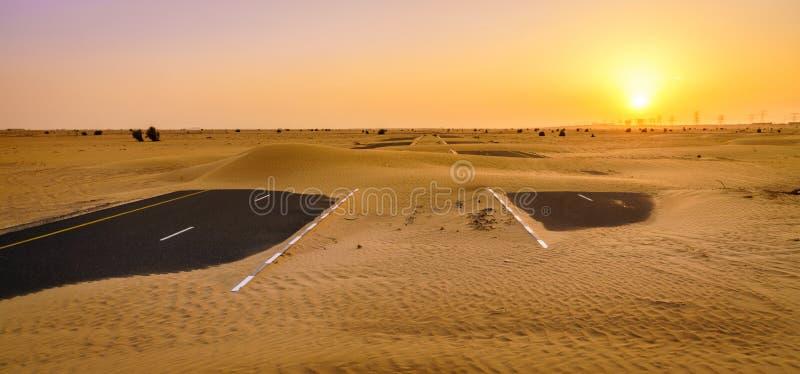 Verlaten woestijnweg stock foto