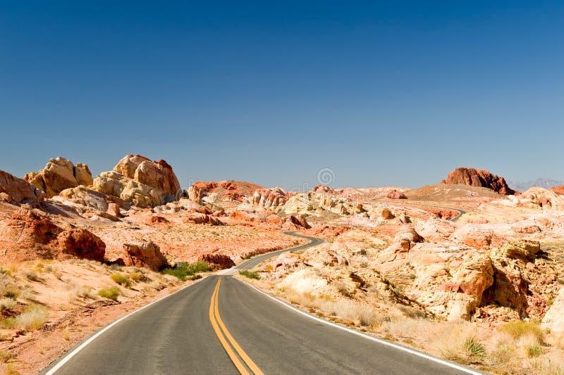 Verlaten woestijnweg stock afbeelding