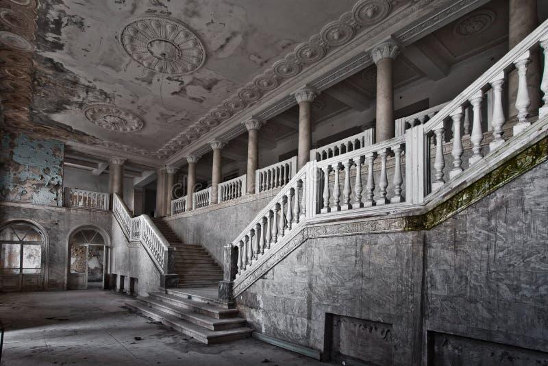 Verlaten zaal van een rijk hotel met kolommen, de luxe van decli stock fotografie