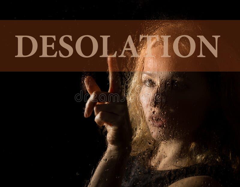 Verlatenheid op het virtuele scherm wordt geschreven dat Hand van jonge vrouw melancholisch en droevig bij het venster in de rege royalty-vrije stock afbeeldingen