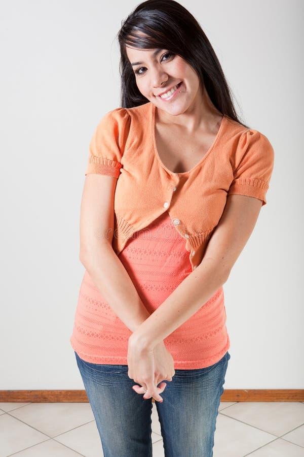 Verlegen glimlach stock fotografie