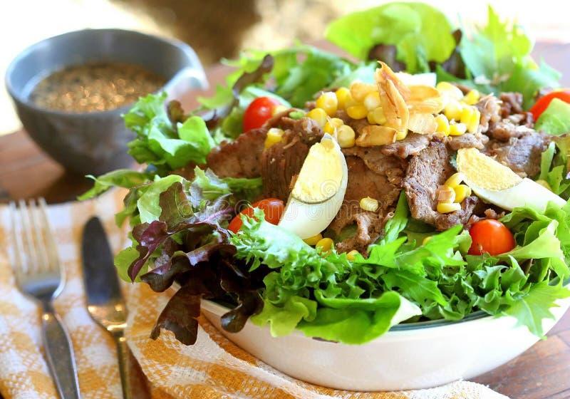 verlegen Sie voll vom selbst gemachten Lebensmittel und Abendessen, Tabelle mit Lebensmittel und Getränk genießen lizenzfreie stockfotografie