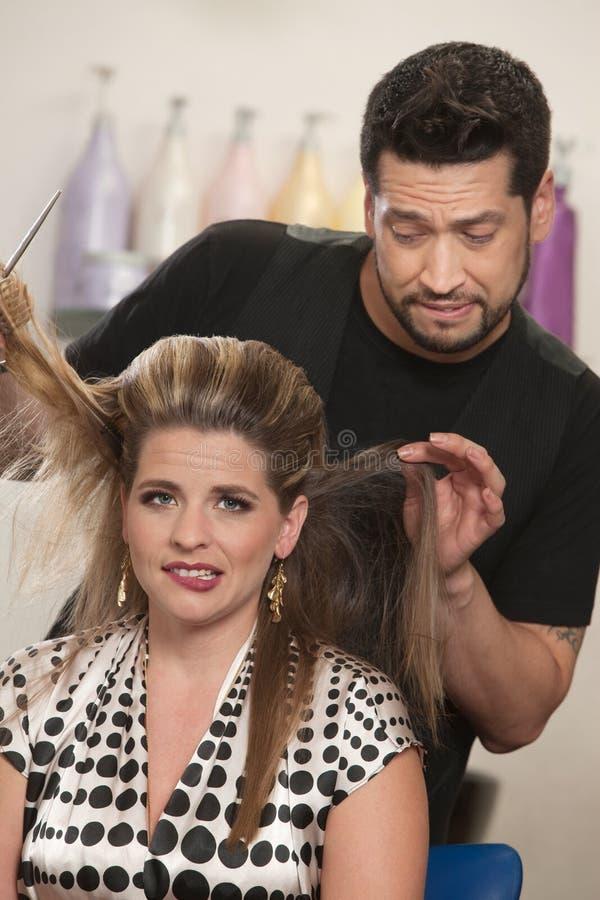 Verlegene Frau mit Friseur stockfoto