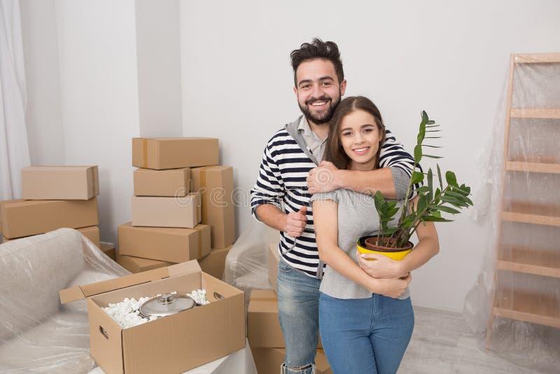 Verlegung der jungen glücklichen Familie zu newl Wohnung stockfoto