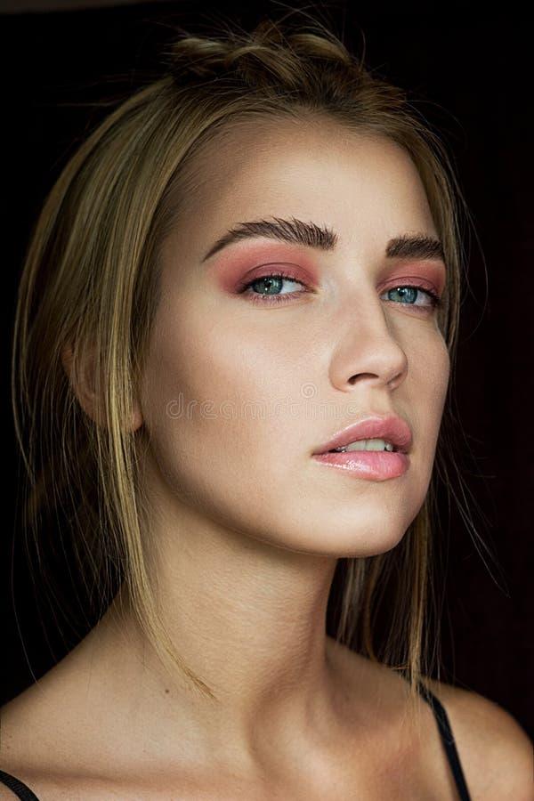 Verleidelijk blonde met mooie samenstelling Roze schaduw, schoonheidsportret van een sexy meisje Een teder meisje Mooi meisje met stock foto's