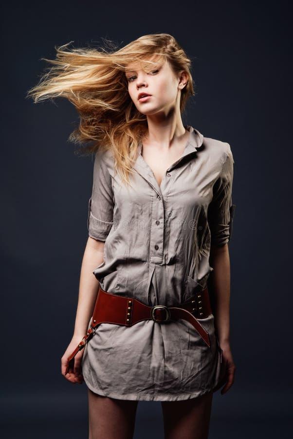 Verleidelijk manierportret van jonge vrouw stock afbeeldingen