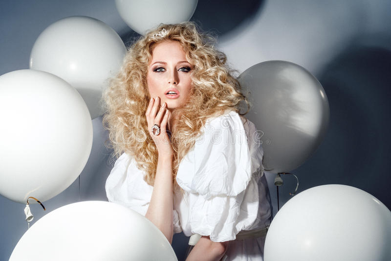 Verleidelijk model in een witte kleding met ballons Manier stock foto's