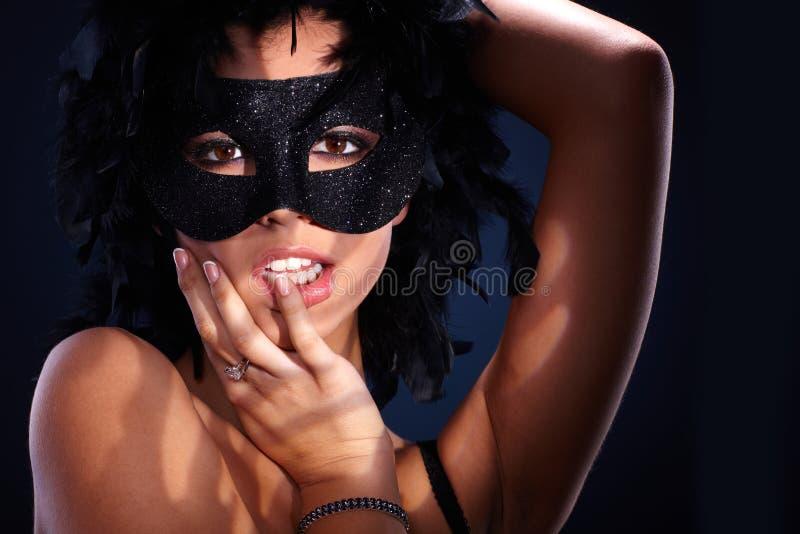 Verleidelijk portret van vrouw in maskerade stock foto's