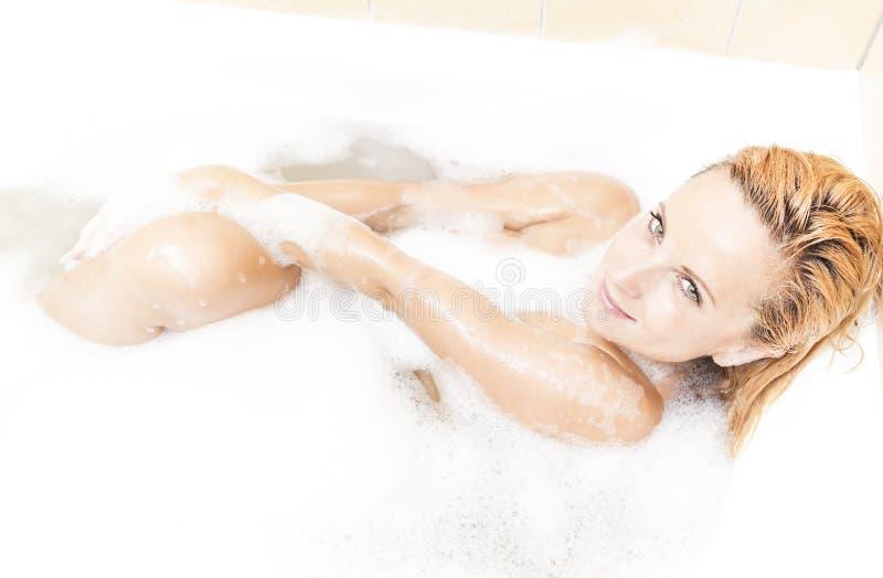 Verleidelijk Sexy Kaukasisch Blond Wijfje in Schuimende Badkuip tijdens Huidbehandeling stock afbeeldingen