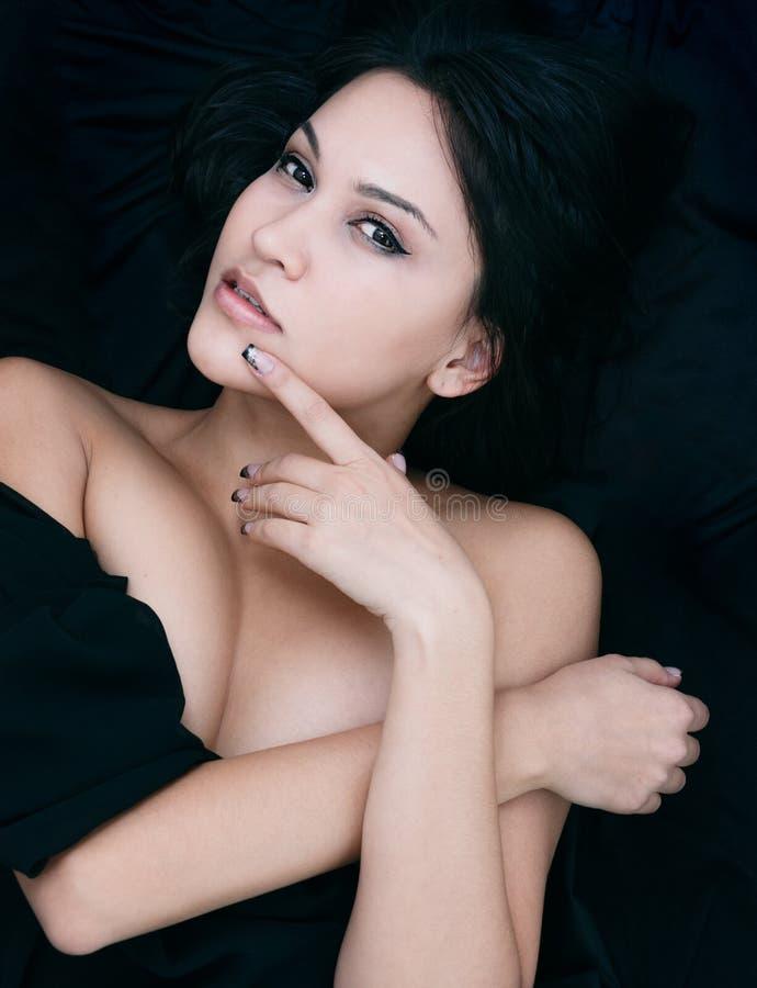 Verleidelijke aantrekkelijke vrouw met een wellustige blik stock foto