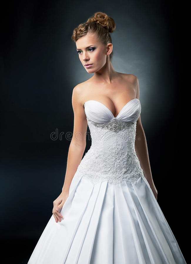 Verleidelijke bruid in het bruids witte schot van de kledingsstudio royalty-vrije stock afbeeldingen