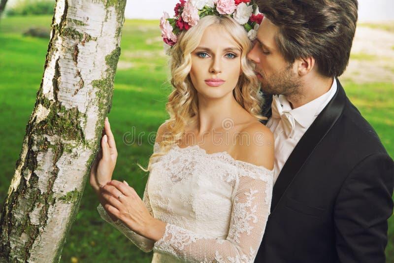 Verleidelijke bruid met haar echtgenoot stock fotografie