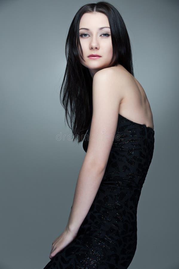 Verleidelijke brunette in zwarte kleding royalty-vrije stock foto