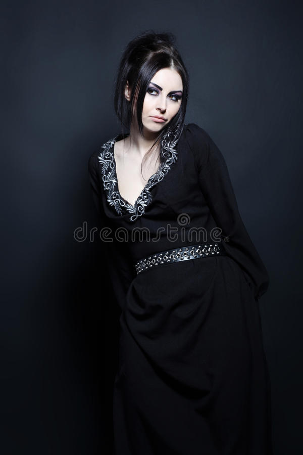 Verleidelijke mystieke vrouw in een elegante zwarte kleding royalty-vrije stock foto