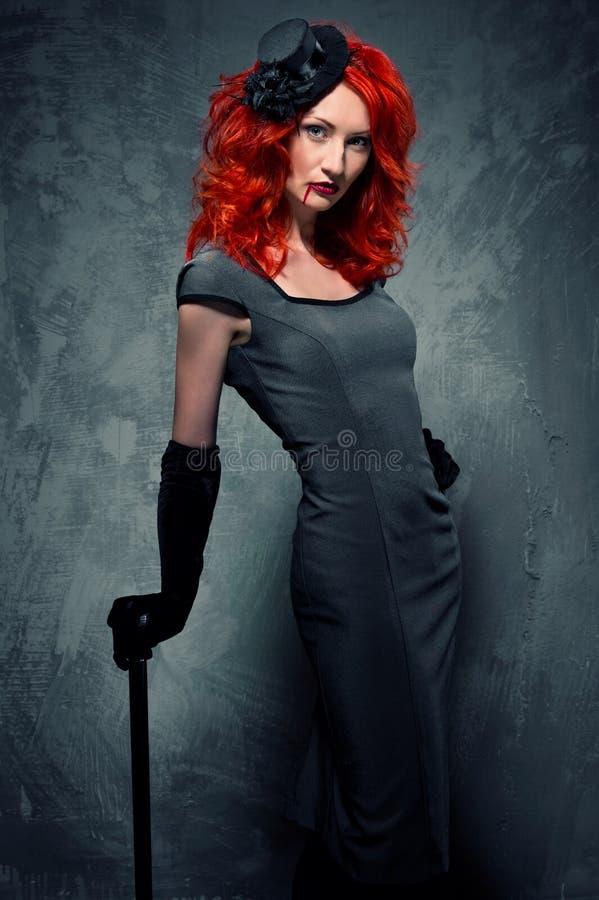 Verleidelijke redhead vrouw met bloed op haar lippen royalty-vrije stock foto