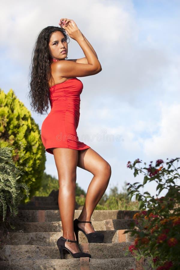 Verleidelijke vrouw in rode kleding stock foto's