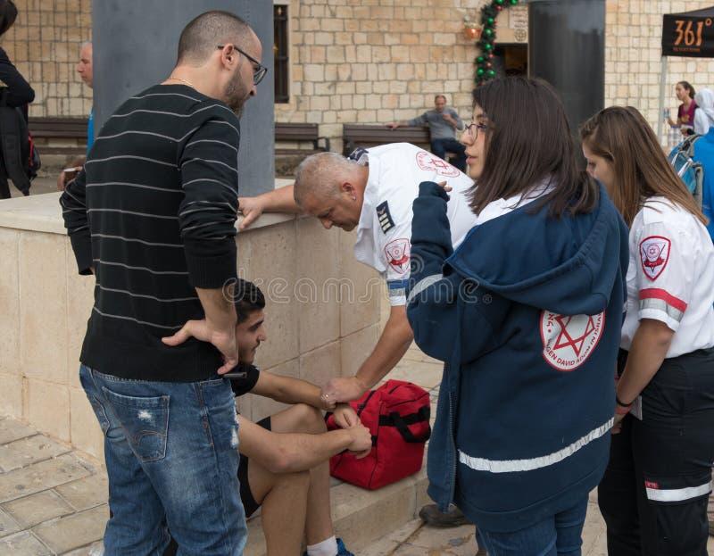 Verlenen de noodsituatie medische arbeiders medische hulp aan de rasdeelnemer in de `-Kerstmislooppas ` in Mi `-ilya in Israël royalty-vrije stock fotografie