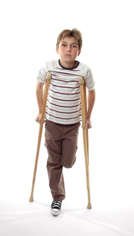 Verletzter Junge auf Krückeen stockfotos