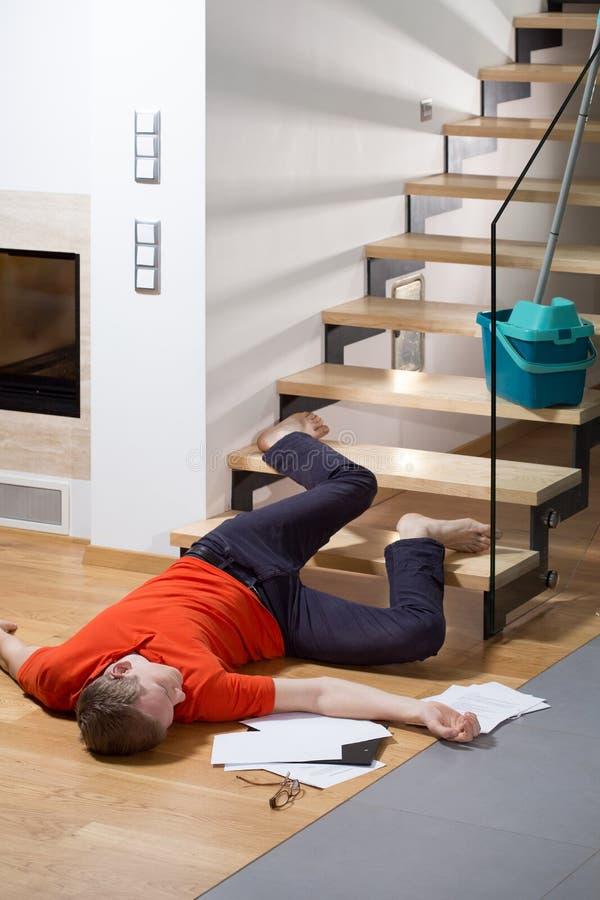 verletzter mann der auf dem boden liegt stockfoto bild von haus fallen 50358010. Black Bedroom Furniture Sets. Home Design Ideas