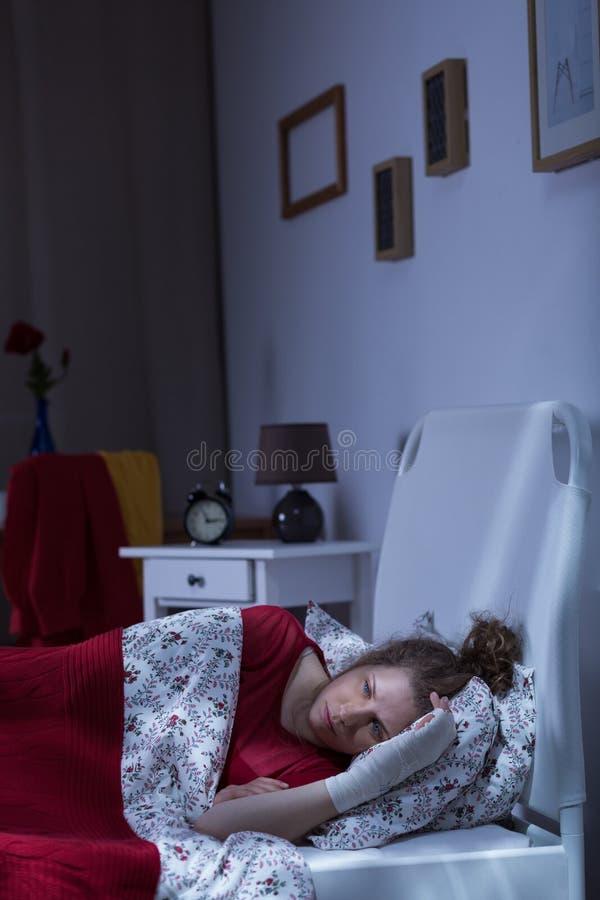 Verletztes einsames Mädchen stockbild